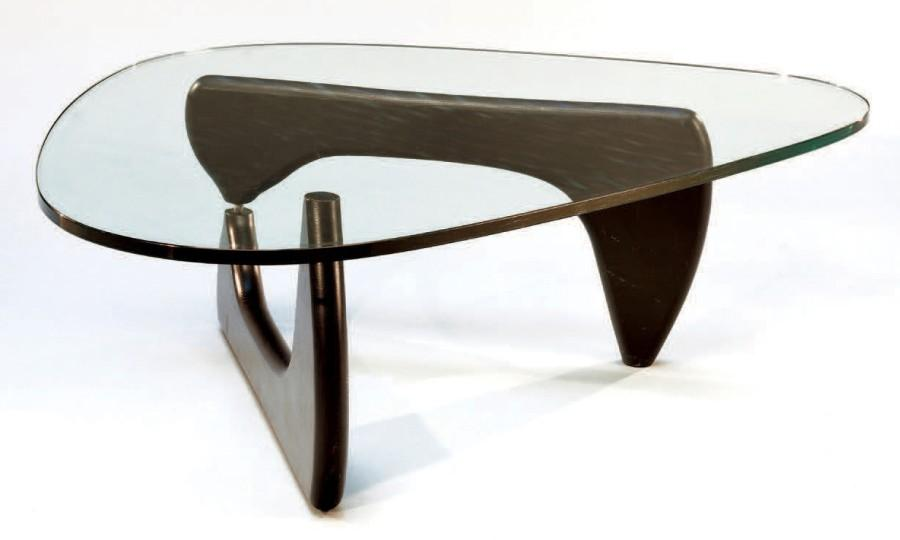 Table basse de forme triangulaire by Isamu Noguchi